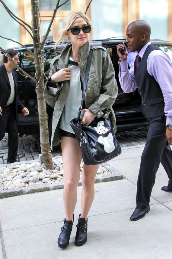 Ashlee-Simpson-Arriving-to-her-hotel