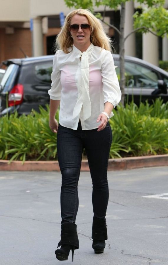 Britney-Spears---Heads-to-a-Tanning-Salon