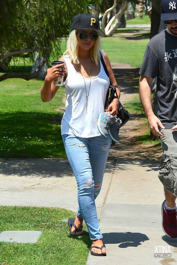 Christina-Aguilera-in-jeans-out-in-Venice