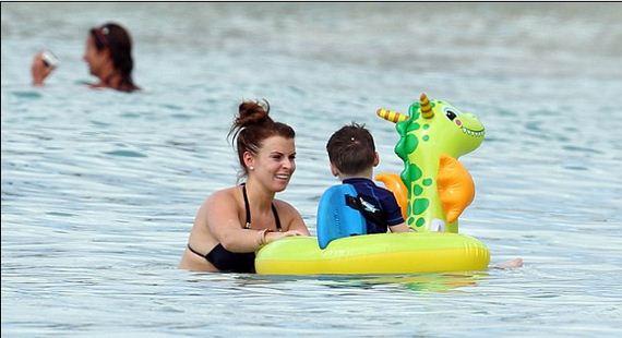 Coleen-Rooney-shows-baby-bump-bikini