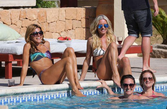 Denise-Van-Outen-and-Zoe-Hardman-Poolside-candids