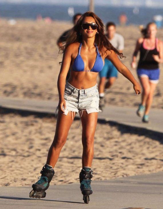 Fernanda-Marin-rollerblading-in-bikini