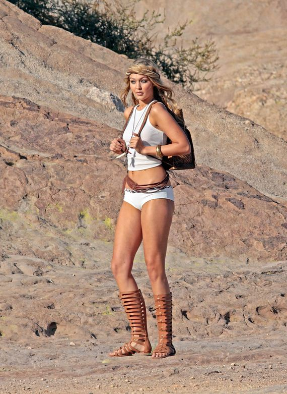 Gigi-Hadid-Photoshoot-at-Vasquez-Rocks