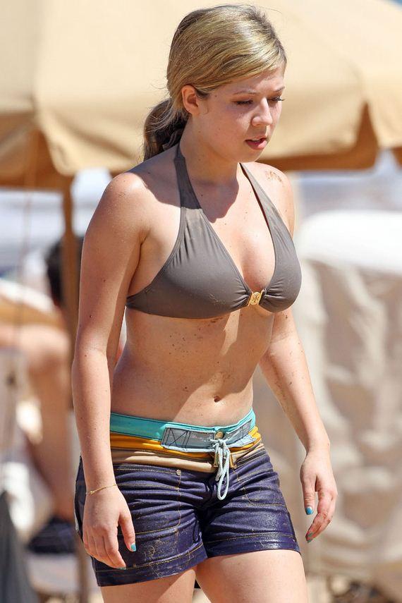 Jennette-McCurdy-Hot-in-Bikini