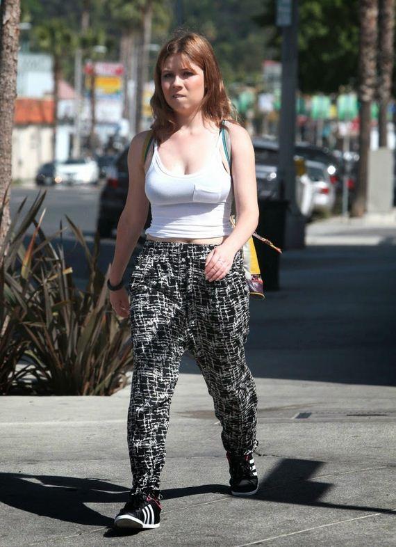 Jennette-McCurdy-on-street