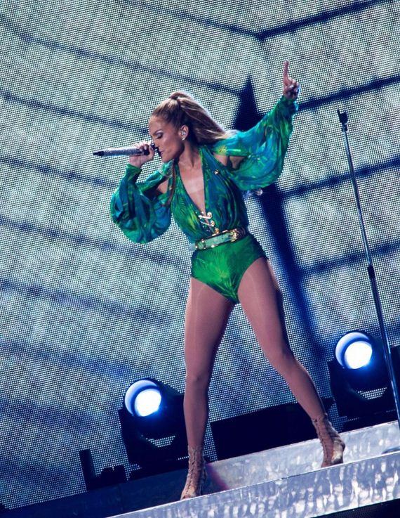 Jennifer-Lopez---On-stage-live-in-concert