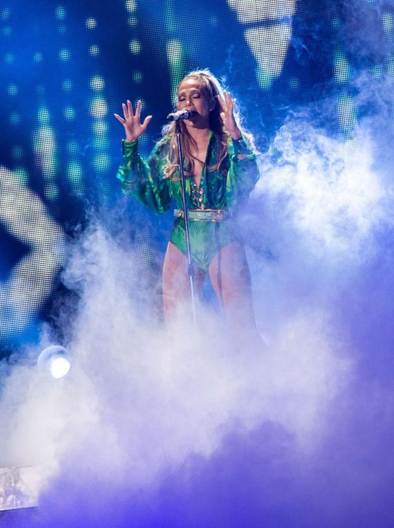 Jennifer-Lopez---On-stage-live-in-concert