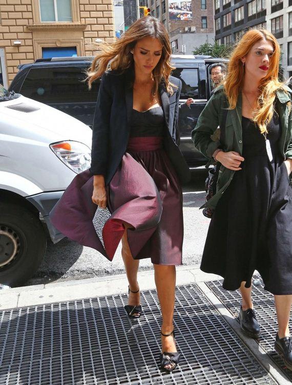 Jessica-Alba-skirt-flew-up