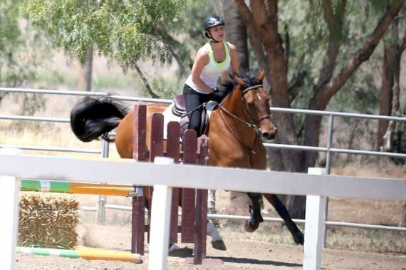 Kaley-Cuoco---riding-her-horse