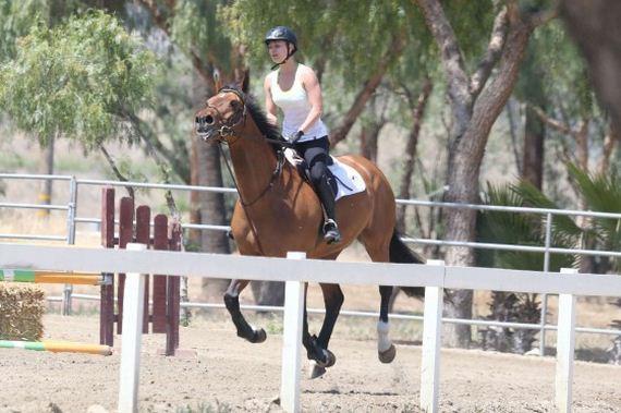 Kaley-Cuoco---riding-her-horse