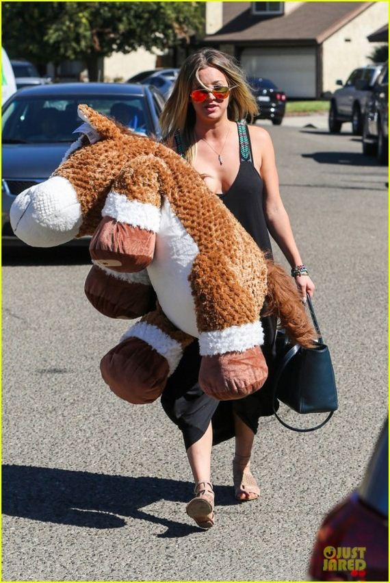 Kaley-Cuoco-Arriving-at-a-Birthday-Party