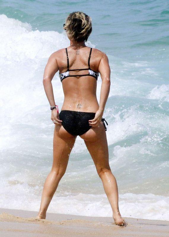 Kaley-Cuoco-in-bikini-2014