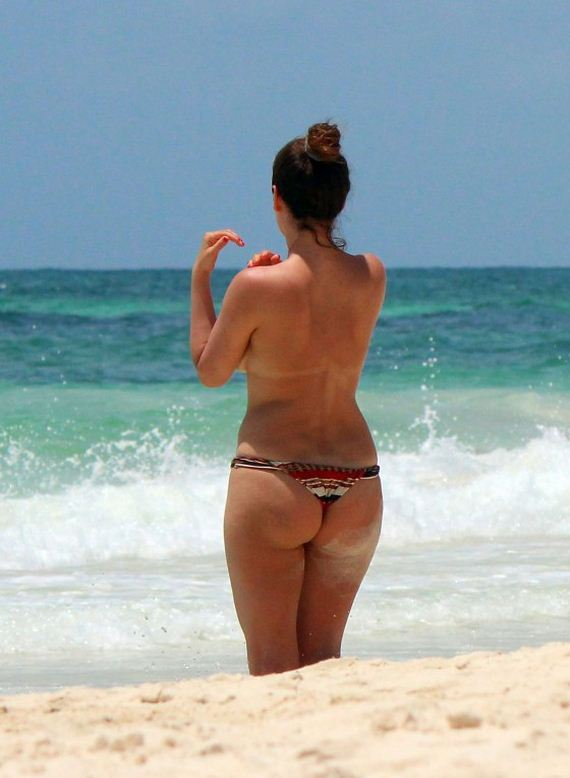 Kelly-Brook---Wearing-Bikini-in-Cancun
