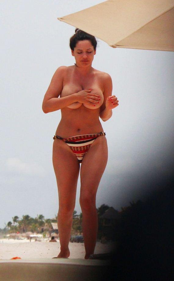 Kelly-Brook---Wearing-Bikini-in-Cancun