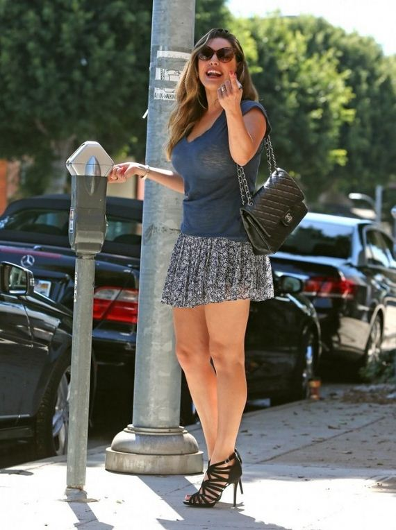 Kelly-Brook-Leggy-in-Mini-Skirt