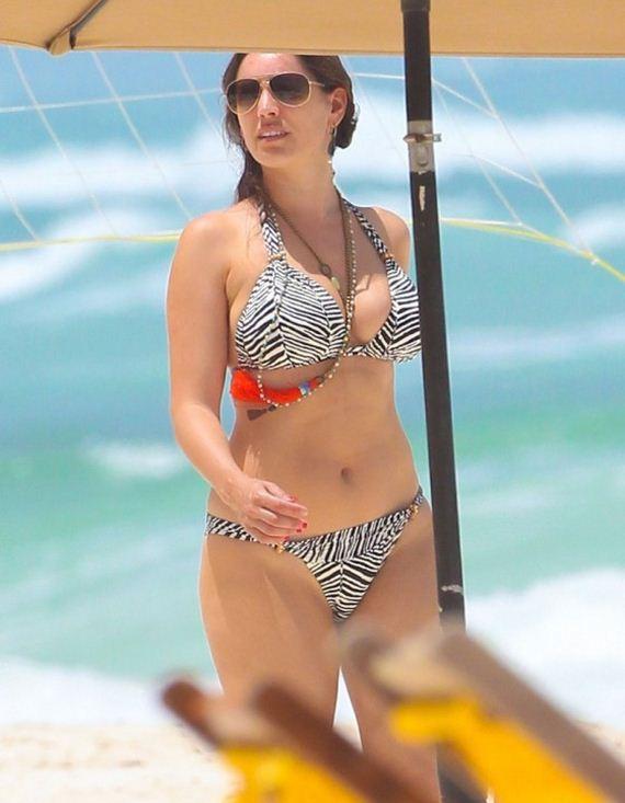 Kelly-Brook-Shows-Bikini-body-in-Greece-