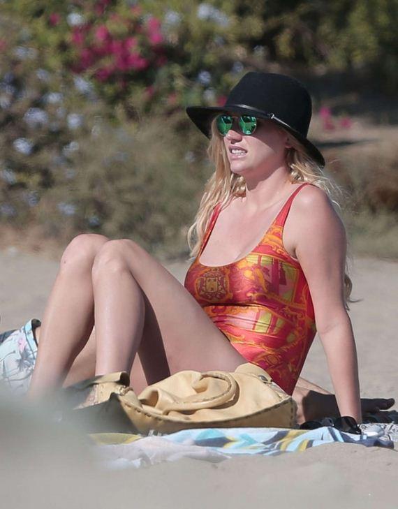 Kesha-Sebert-in-swimsuit