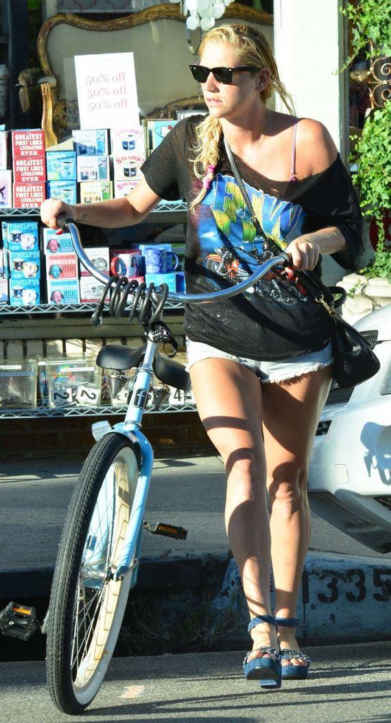 Kesha-in-Jeans-Shorts