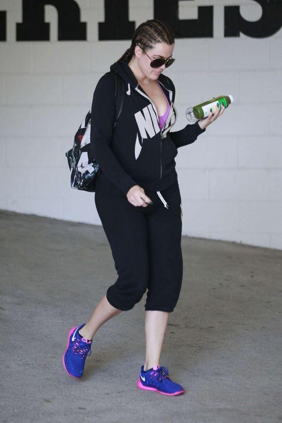 Khloe-Kardashian-in-Leggings