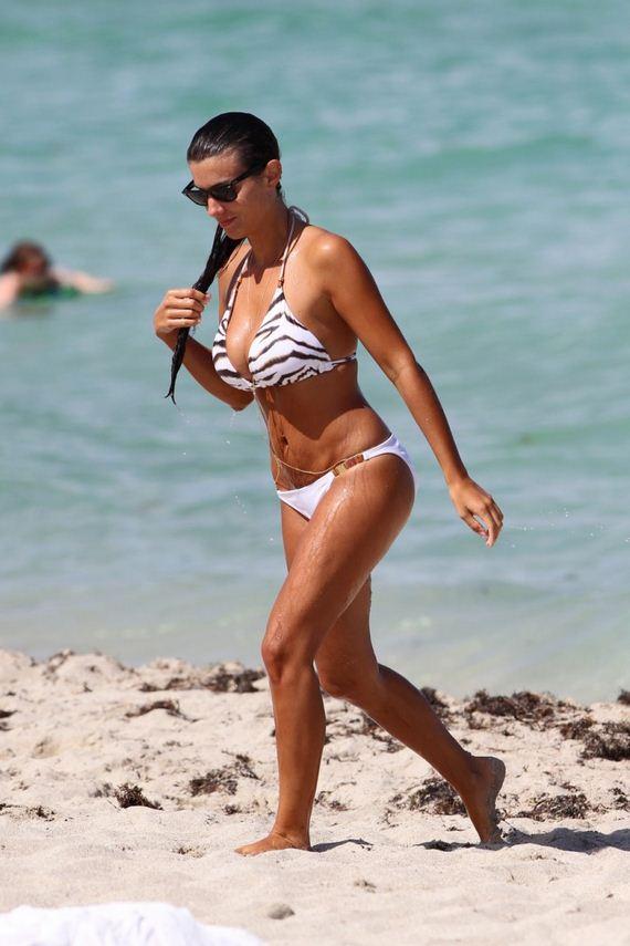 Ludivine-Kadri-bikini-Candids
