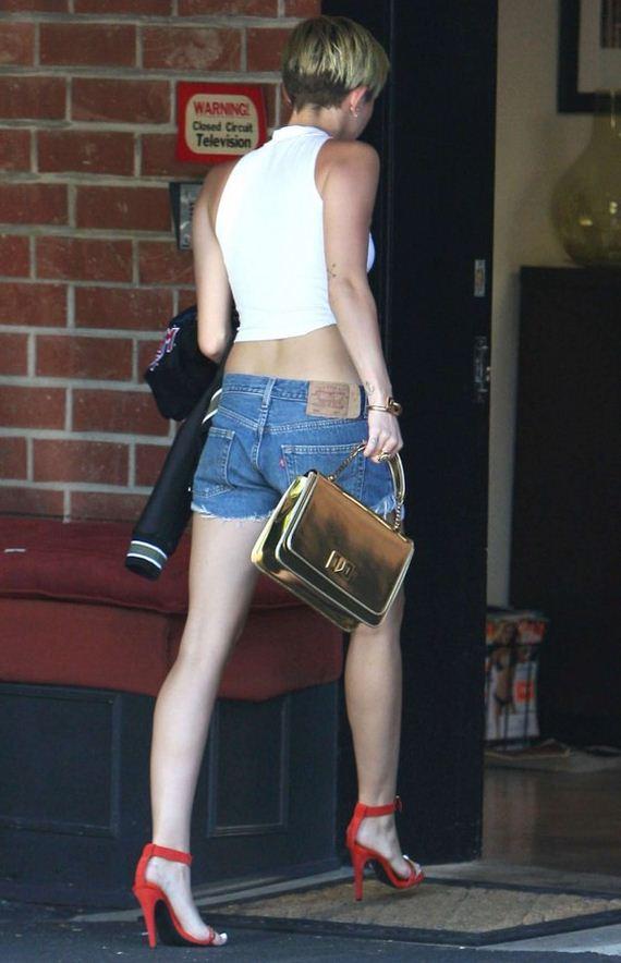 Miley-Cyrus-arriving-at-studio-Toluca
