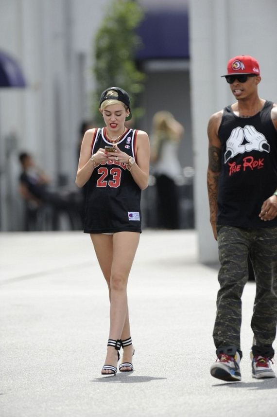 Miley-Cyrus-at-the-CenterStaging-studios