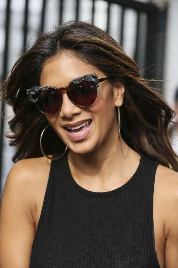 Nicole-Scherzinger-in-Ripped-Jeans