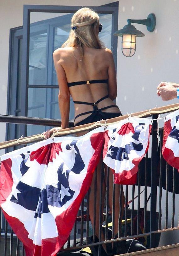 Paris-Hilton-In-a-black-bikini