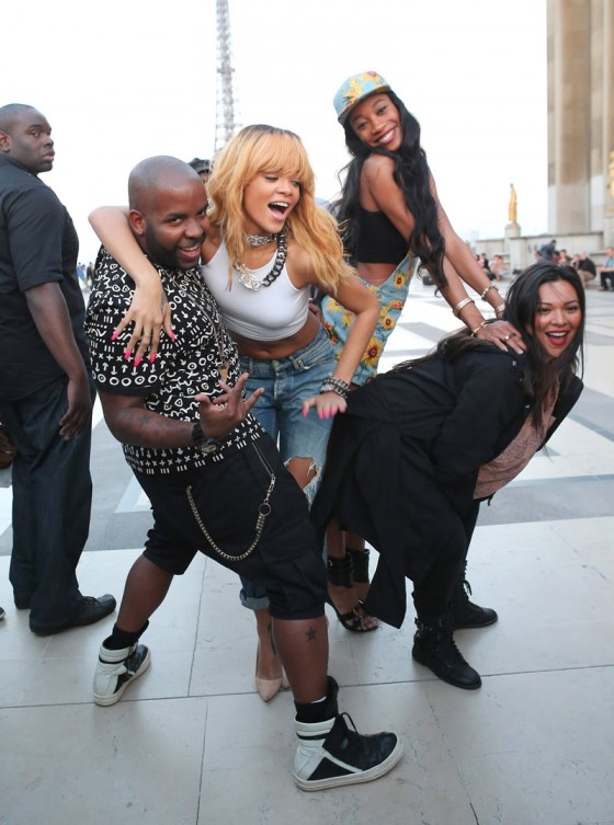 Rihanna-and-friends-photoshoot-in-front-of-the