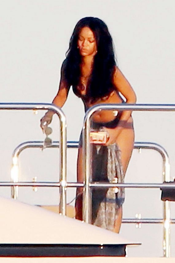 Rihanna-bikini-vacationing