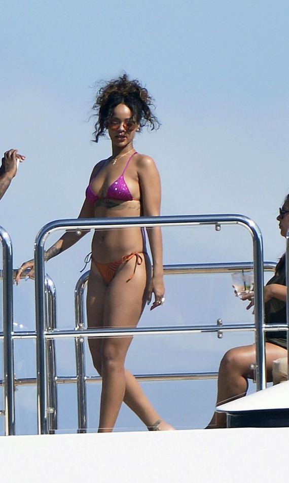 Rihanna-in-Bikini--18-1