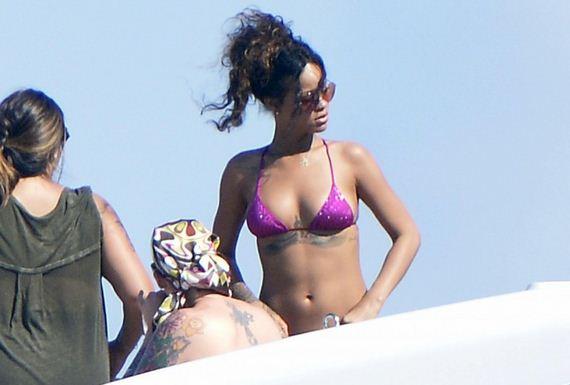 Rihanna-in-Bikini--18