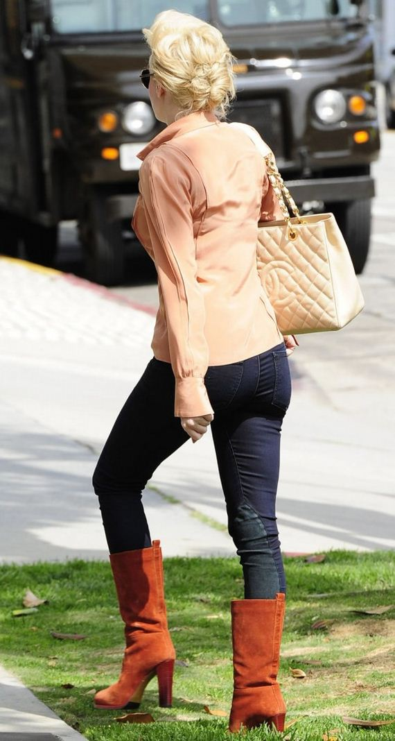 Rose-McGowan-In-Jeans-at-Office-Building
