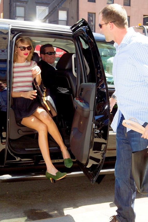 Taylor-Swift-Showing-Sexy