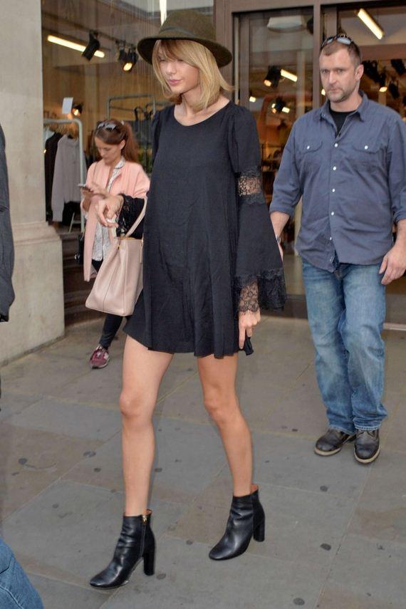 Taylor-Swift-in-a-black-mini-dress