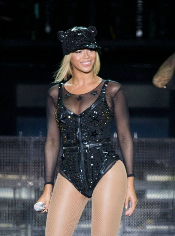 beyonce-performs-at-v-festival-in