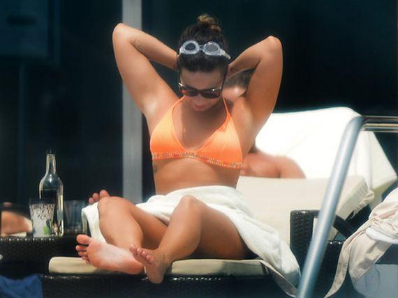 gallery_enlarged-Demi-Lovato-Bikini-Crotch
