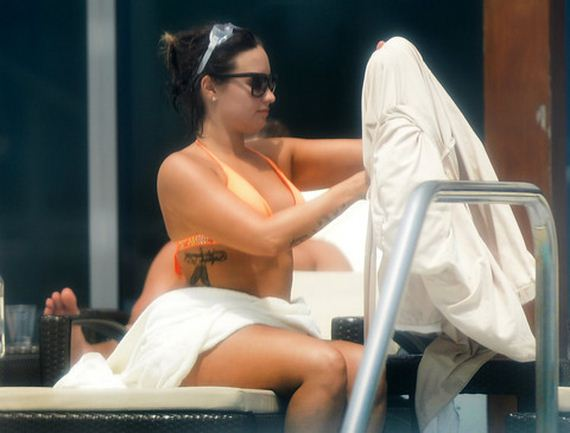 gallery_enlarged-Demi-Lovato-Bikini-Crotch