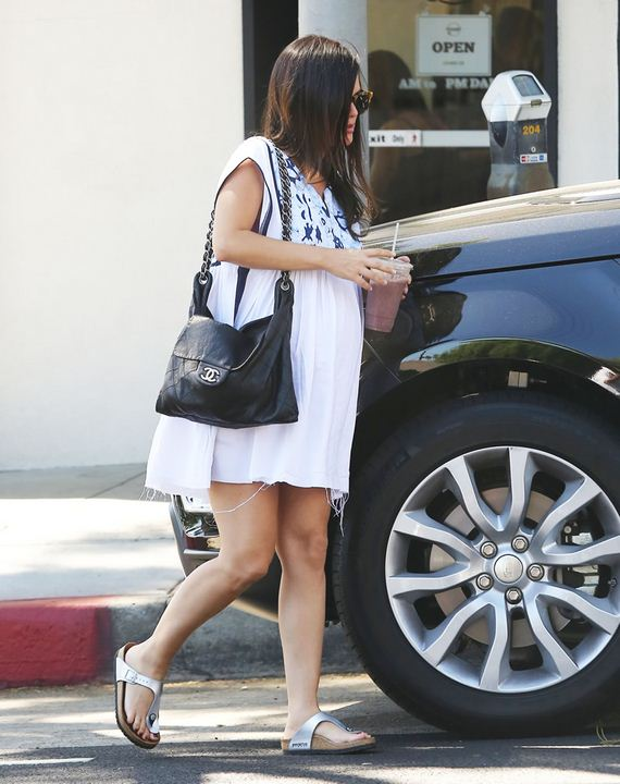 gallery_enlarged-Rachel-Bilson-Upskirt