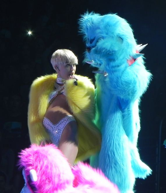 gallery_enlarged-miley-cyrus-katy-perry-kiss