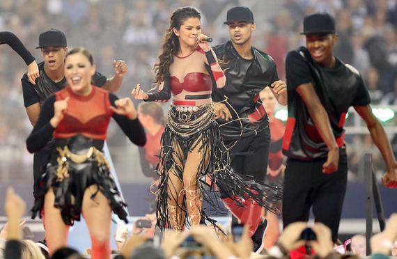 gallery_enlarged-selena-gomez-halftime