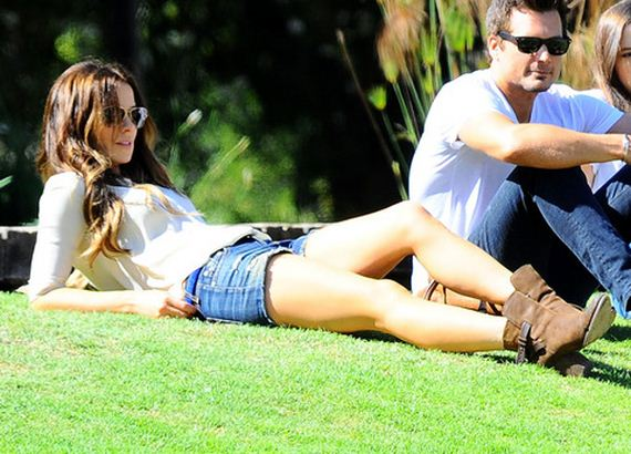 gallery_main-Kate-Beckinsale-Park-Lounging