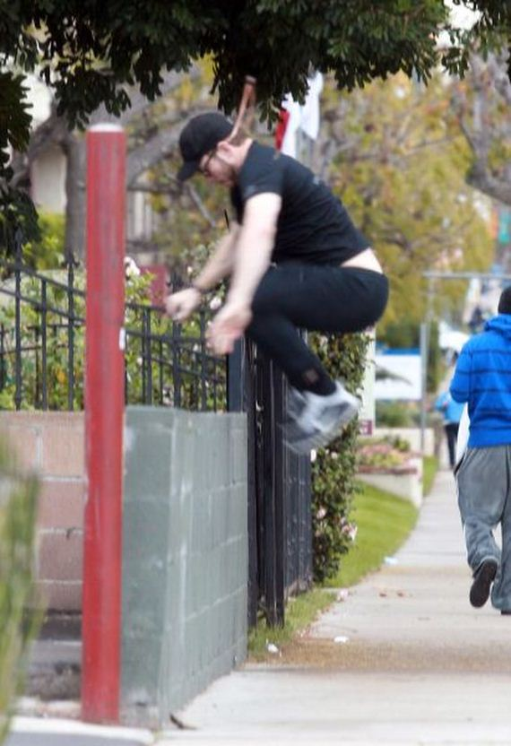 Chris-Pratt-Laughs-After-Trying-Jump-Over-Wall