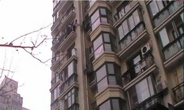 Penyaman Udara Menyelamatkan Budak dari Jatuh (4 Gambar)