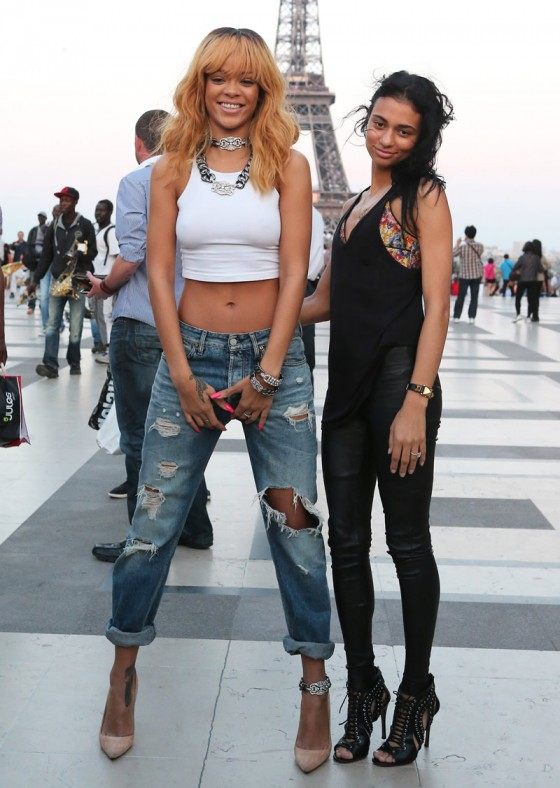 28-Rihanna-and-friends-photoshoot-in-front-of-the