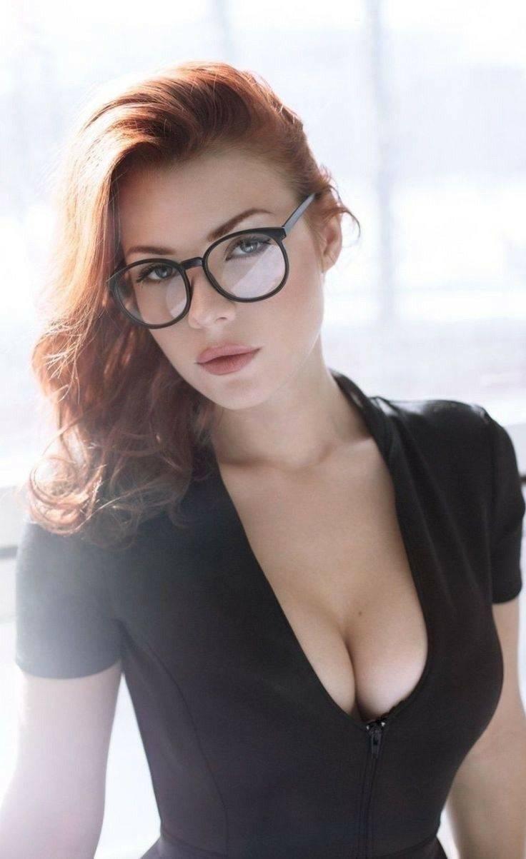 46 красивых девушек в очках